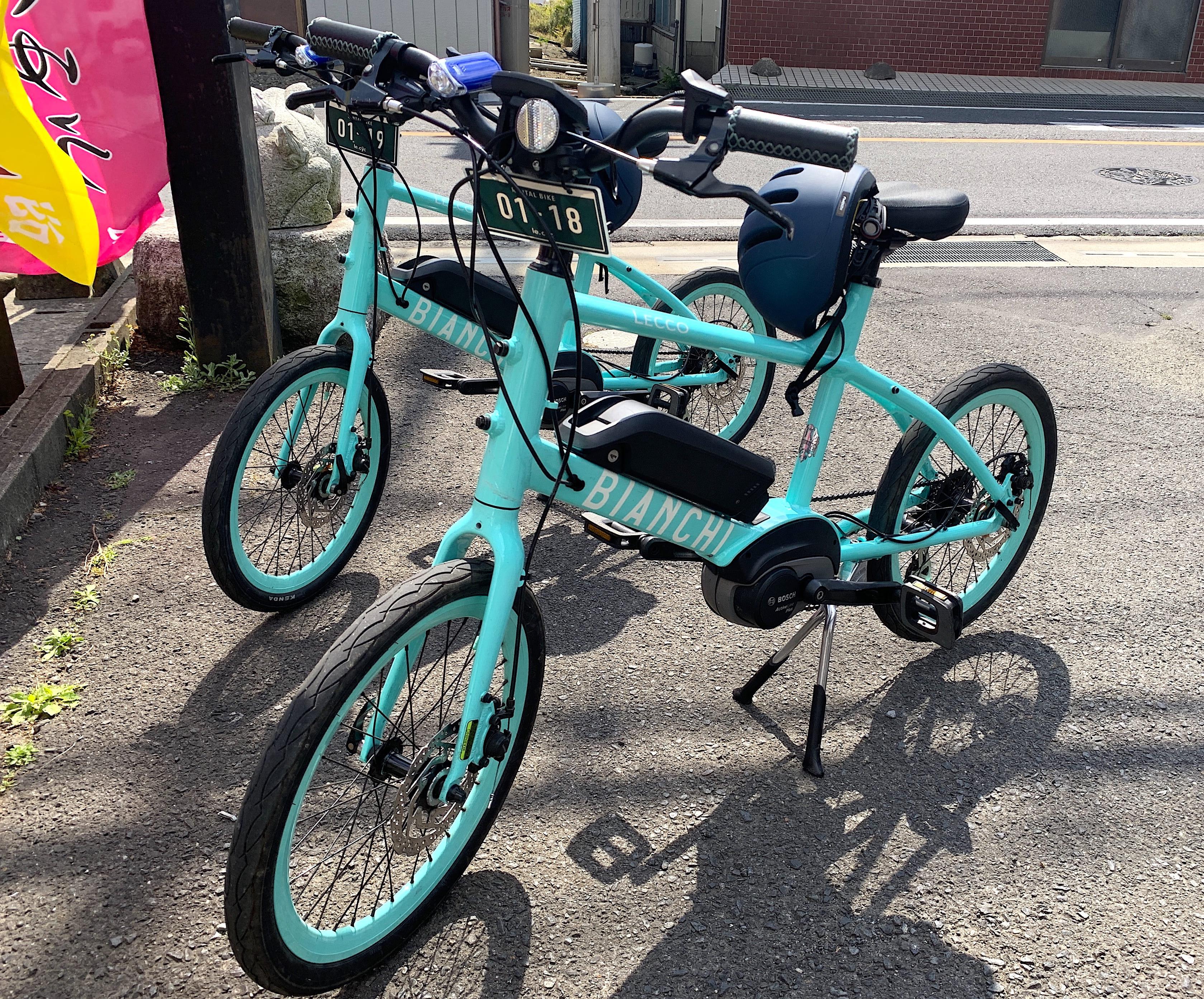 イタリアの自転車メーカー「Bianchi(ビアンキ)」の「Lecco-E(レッコE)」。コンパクトな20インチ車輪は街でも乗りやすいタイプ。ききのいいディスクブレーキを採用。定価は27万8000円(国内販売は終了)。レンタル料は4500円、ヘルメット・グローブの貸し出しもある(500円)。レンタルはすべて事前予約が必要。