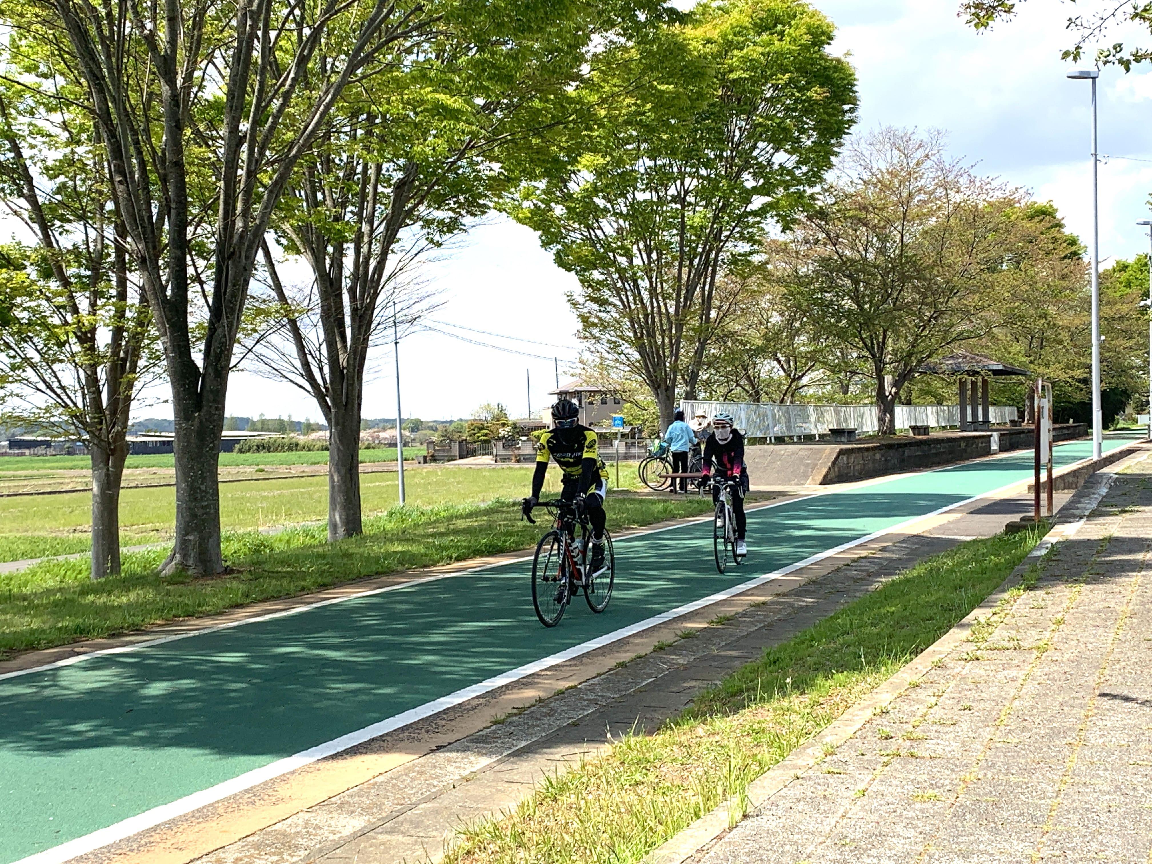 路線跡を活用したサイクリングロード。ホーム跡は休憩スポットに