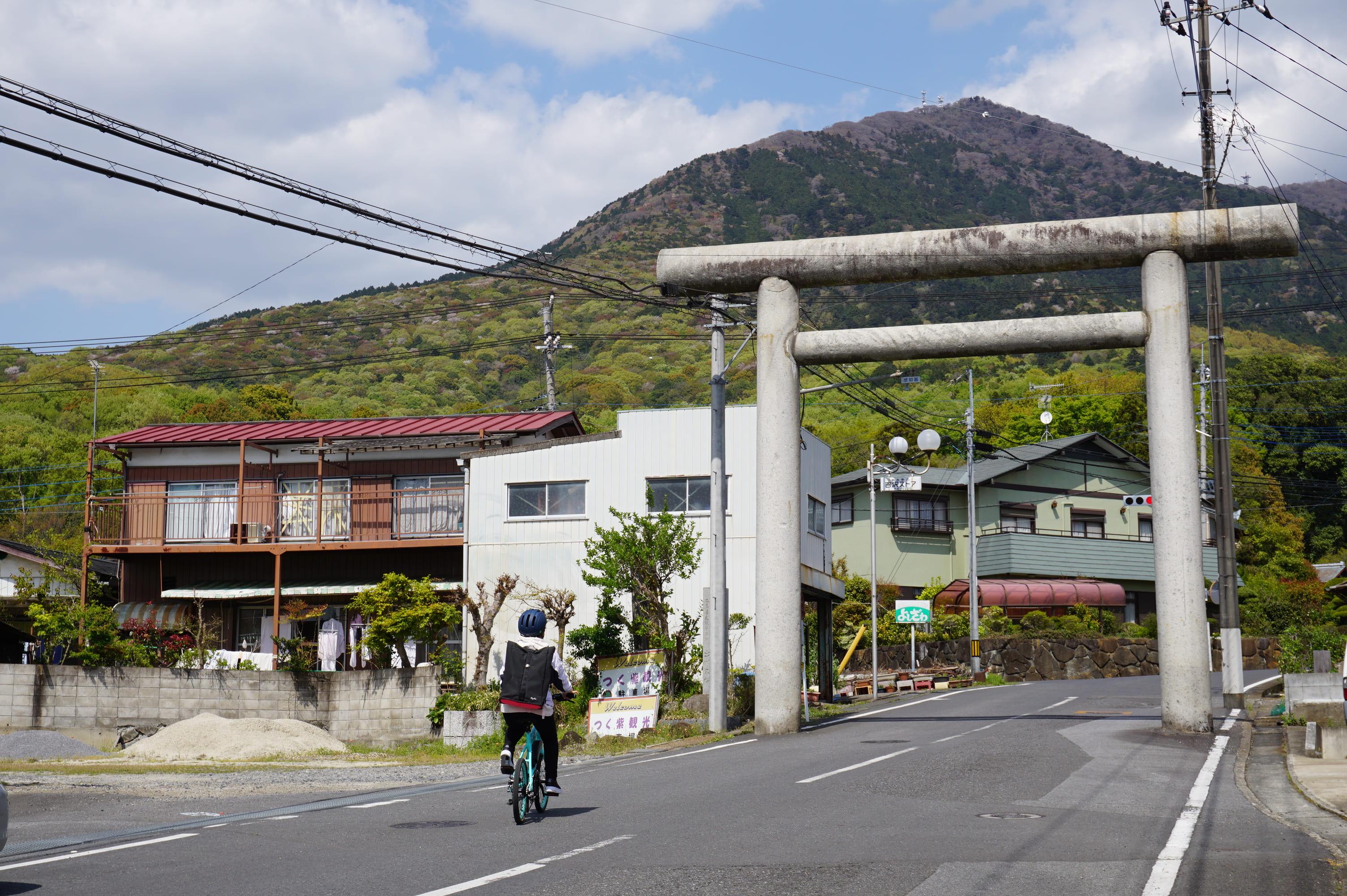旧筑波駅前からのびる坂道は筑波山神社への参道