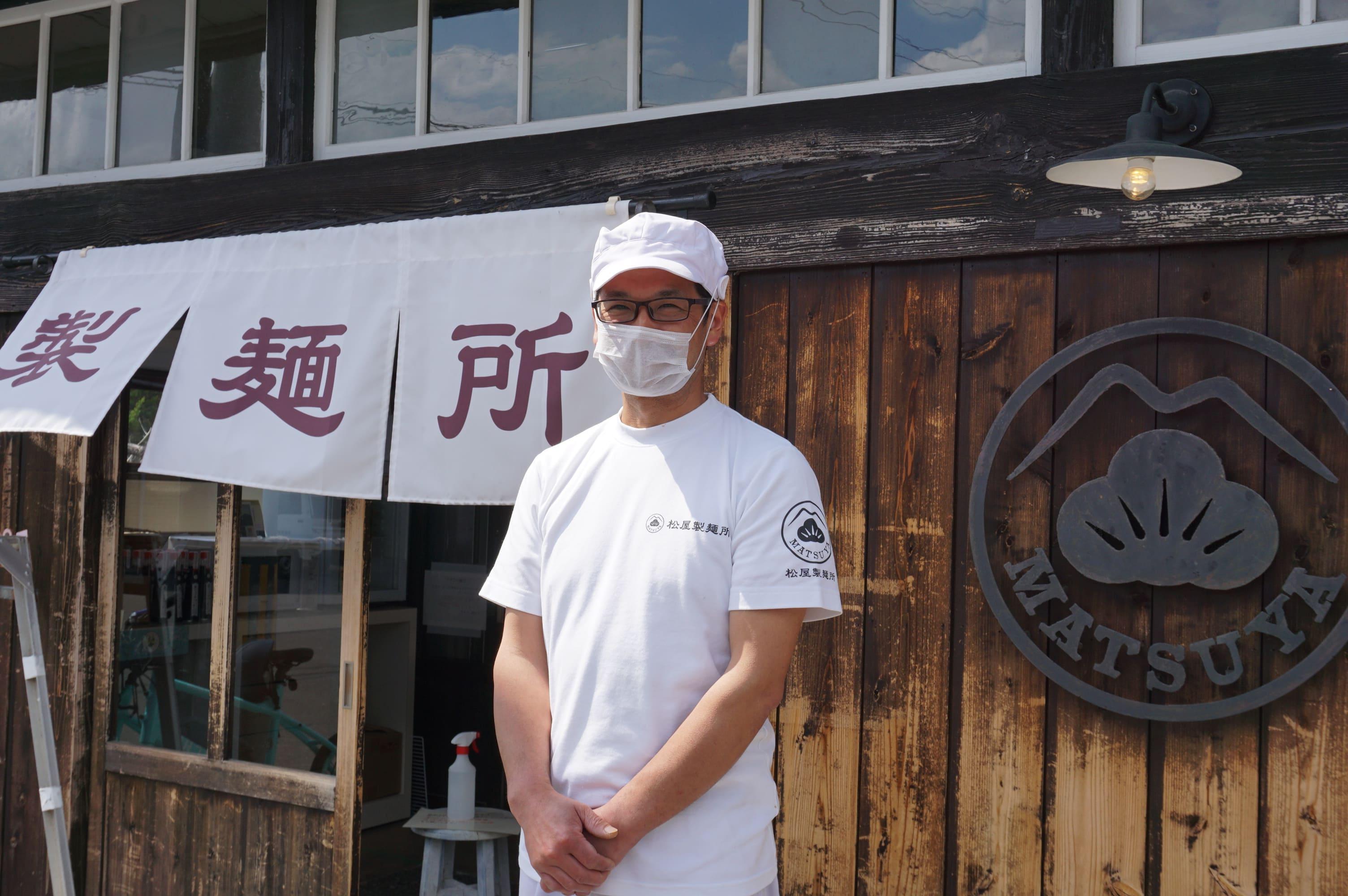 大正時代に建てられた土産店の佇まいに惚れ込んだという松屋製麺所の所長・川村能功さん。