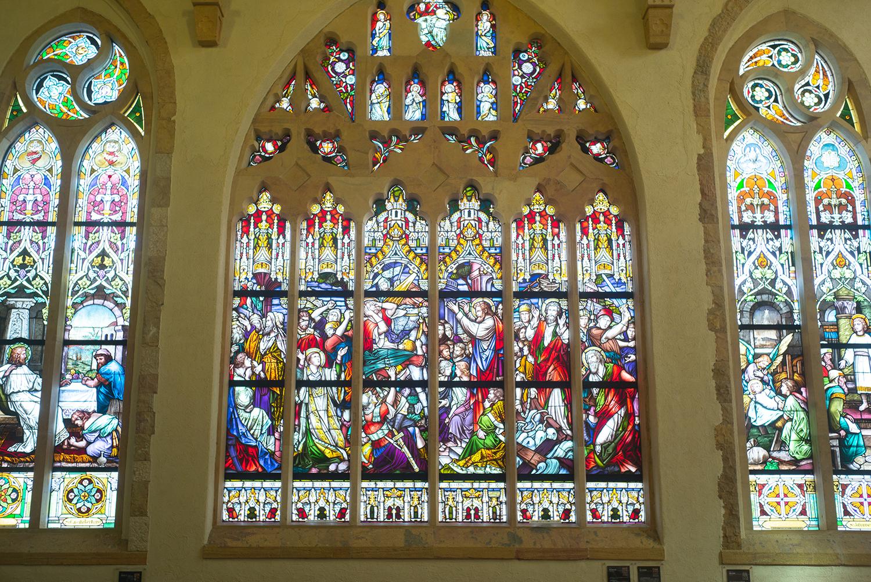 セント・ラファエル礼拝堂の左壁面に配された美術館最大のアンティークステンドグラスは圧巻