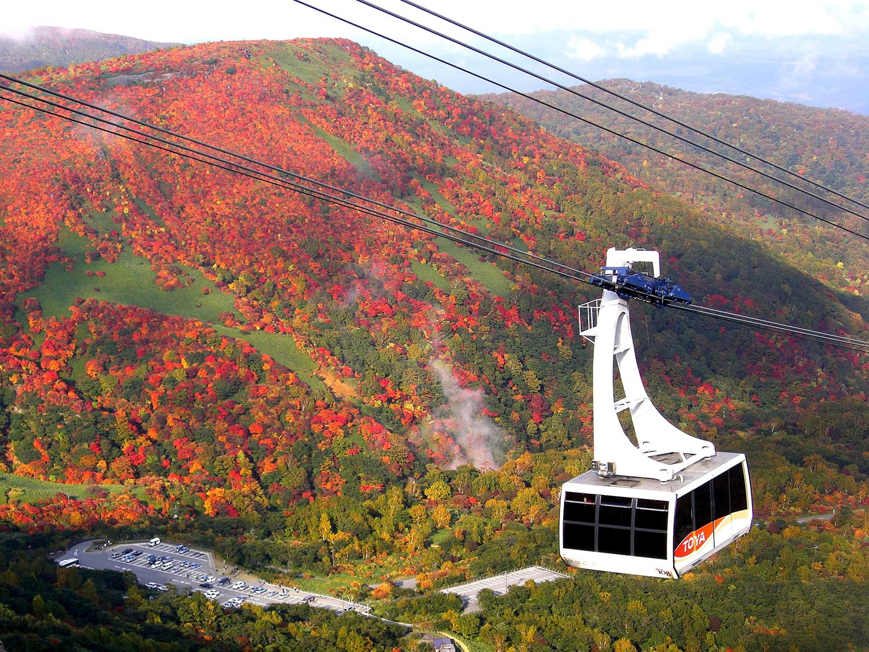 秋は那須連山の鮮やかな紅葉のモザイクを楽しめる