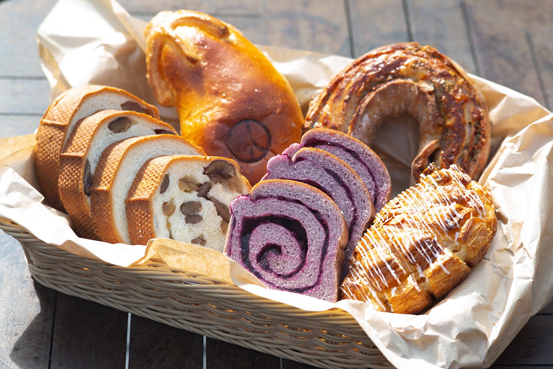 左上「那須あんぱん」410円、右下「リンゴスター」390円など人気の菓子パンやブレッド系