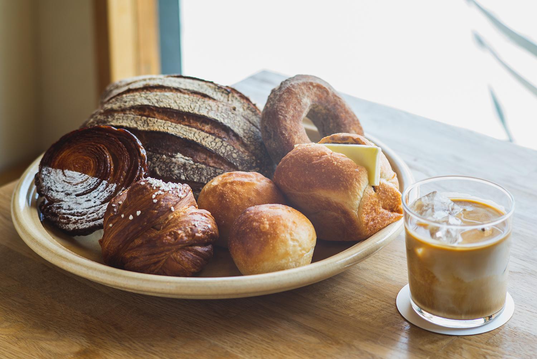 全粒粉を使用したハード系のパンや、北海道産小麦100%のドーナッツなど豊富な品揃え