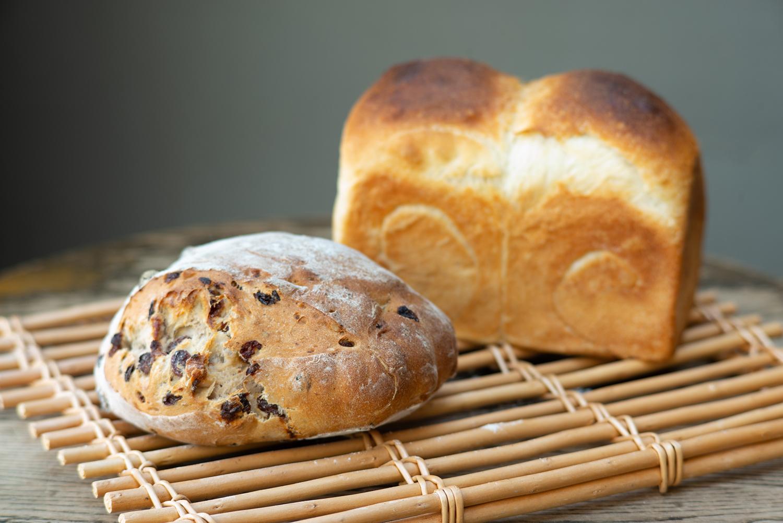 「くるみレーズンパン」756円(手前)と「山形食パン」540円(奥)。もっちりとした生地は唯一無二のもの