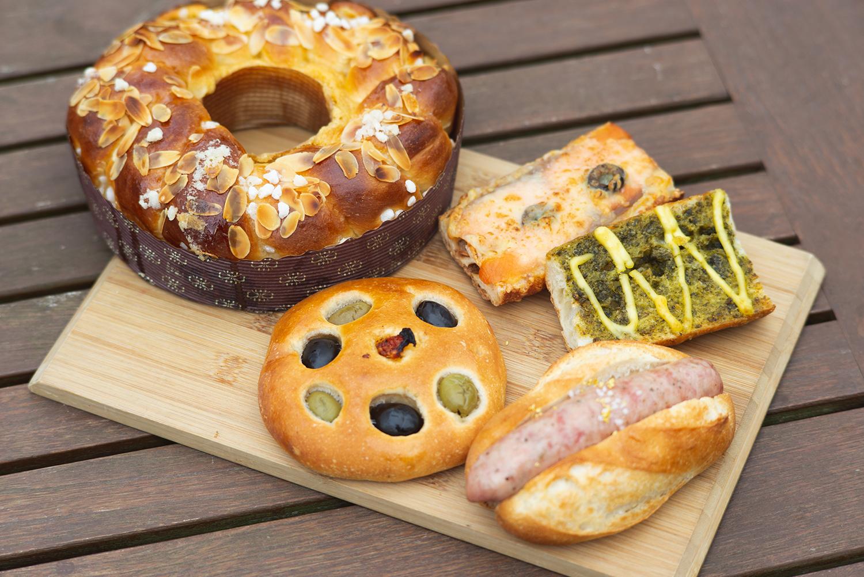 オリーブやソーセージ(手前)、サーモンやバジル(右上)を使用した惣菜パンは見た目も華やか