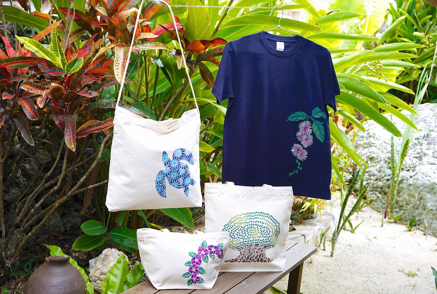 オリジナルデザインの型を使って染めあげられた、Tシャツ(2,500円~)やバッグ(1,600円~)は全て一点もの