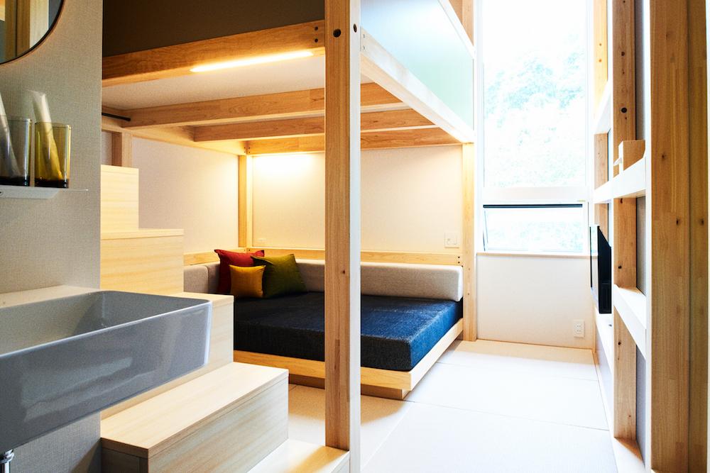 ロフトベッドを備えた客室「ヤグラルーム」は、コンパクトながらも、のびのびくつろげる作り