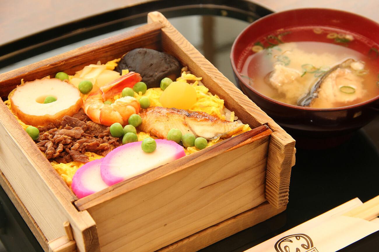 「むし寿司」(1,100円)はあら汁付き。茶碗蒸し付き(1,300円)も。ふたを開けると香り立つ湯気が食欲をそそる