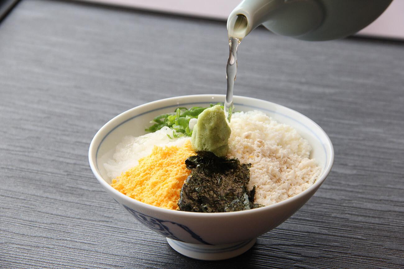 鯛めし一式に、茶碗蒸し、もずく酢、焼き魚が付く「家伝・鯛めし」1,870円