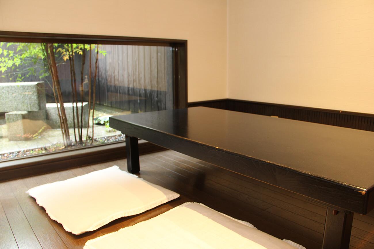 落ち着いた照明の座敷には、4人掛けのローテーブルが3卓ある