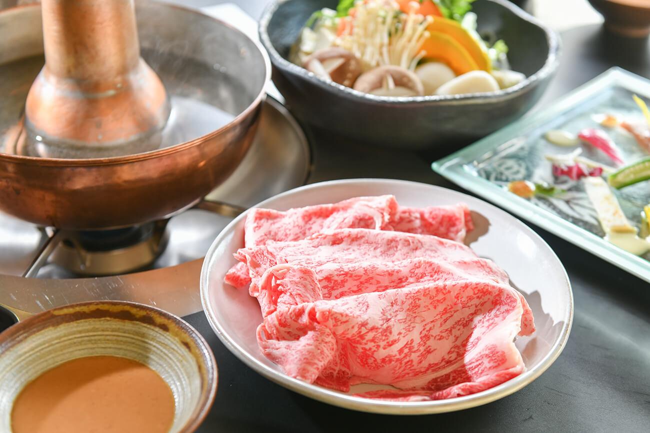 島根県産の黒毛和牛は、脂と赤身のバランスが程よく、伝統のゴマダレやポン酢との相性も抜群