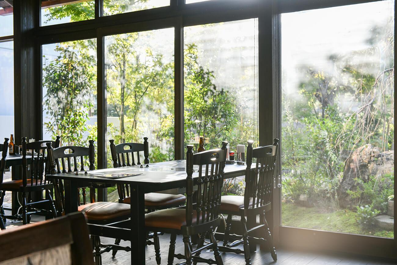 1階はテーブル席が中心で、大きな窓からたっぷり光が差し、明るい