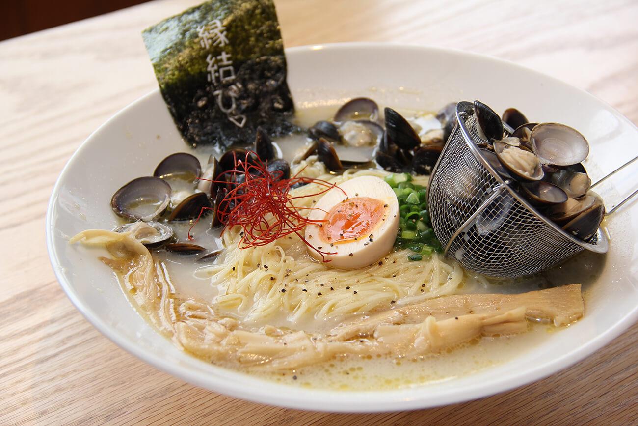 「しじみ塩ラーメン(しじみ増し)」(950円)。シジミの旨みと、クリーミーな優しい味わいが特徴
