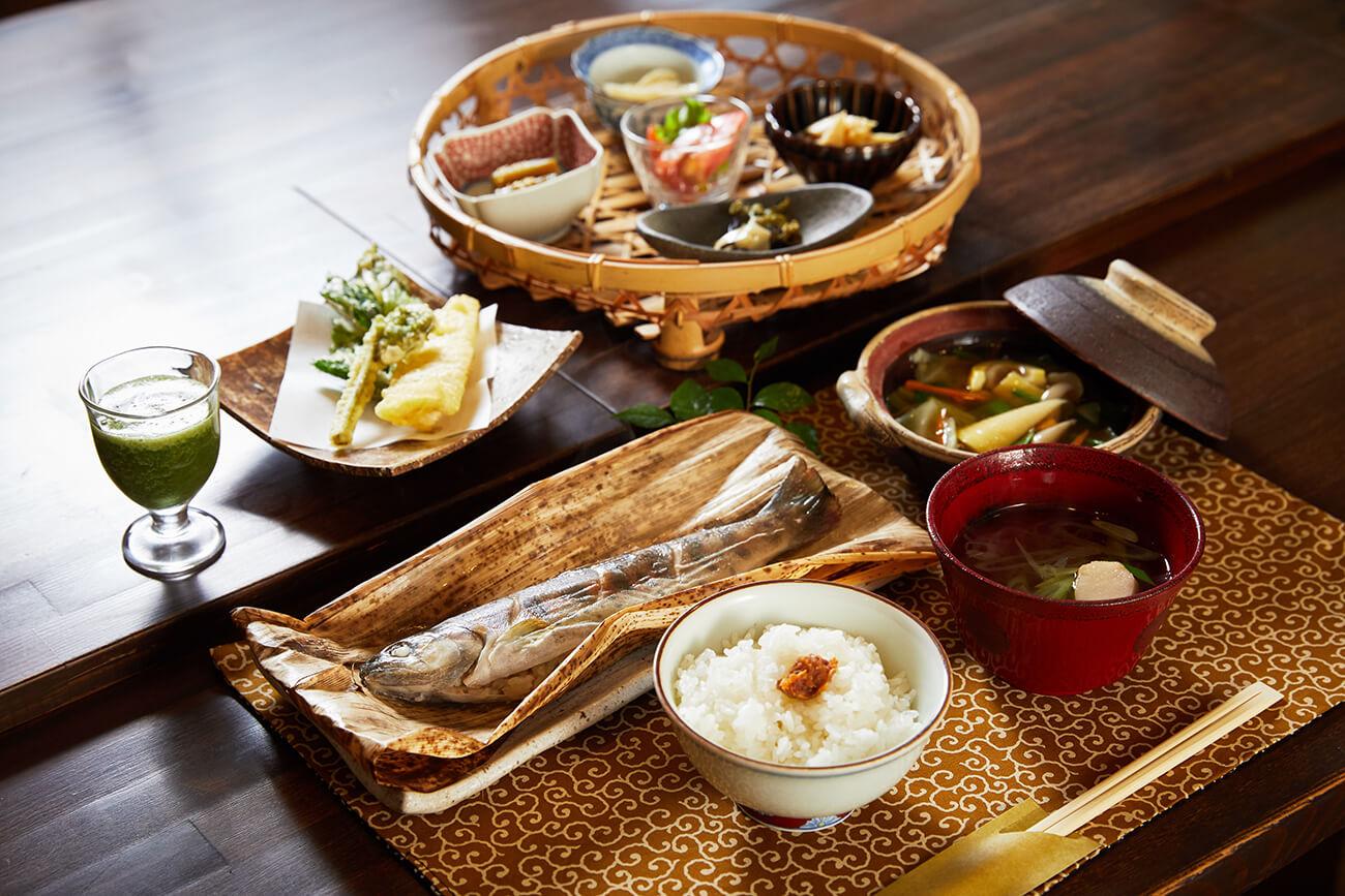 7月の献立は、天然ヤマメの竹皮包み蒸しが主役の「天然山女の昼ご飯」2,200円