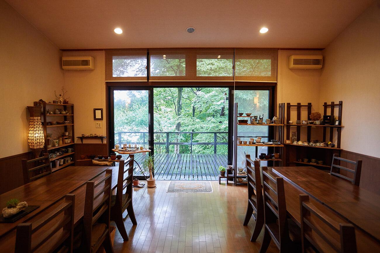 大きな窓から見える木々から季節の移ろいを感じる