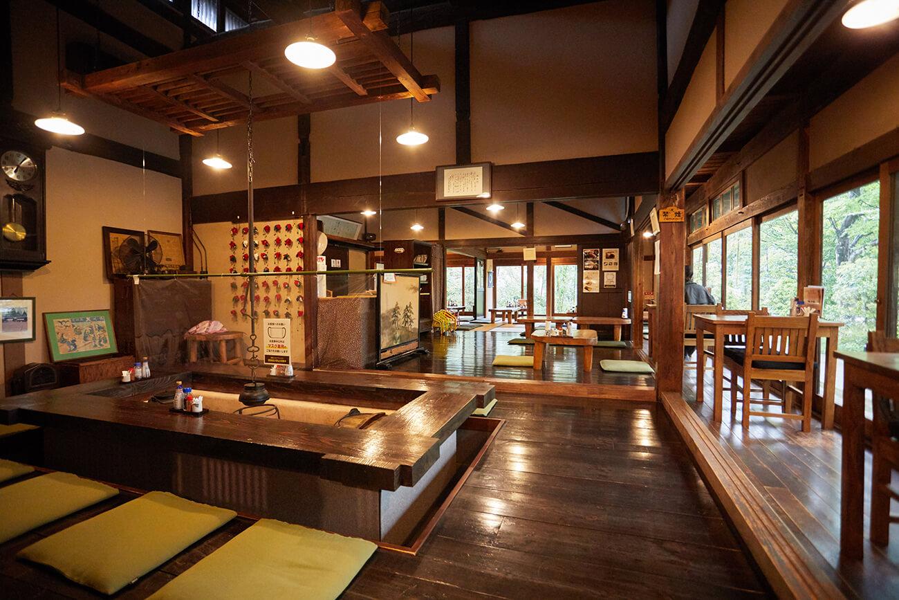 囲炉裏や縁側など、懐かしい昭和の面影があちこちに
