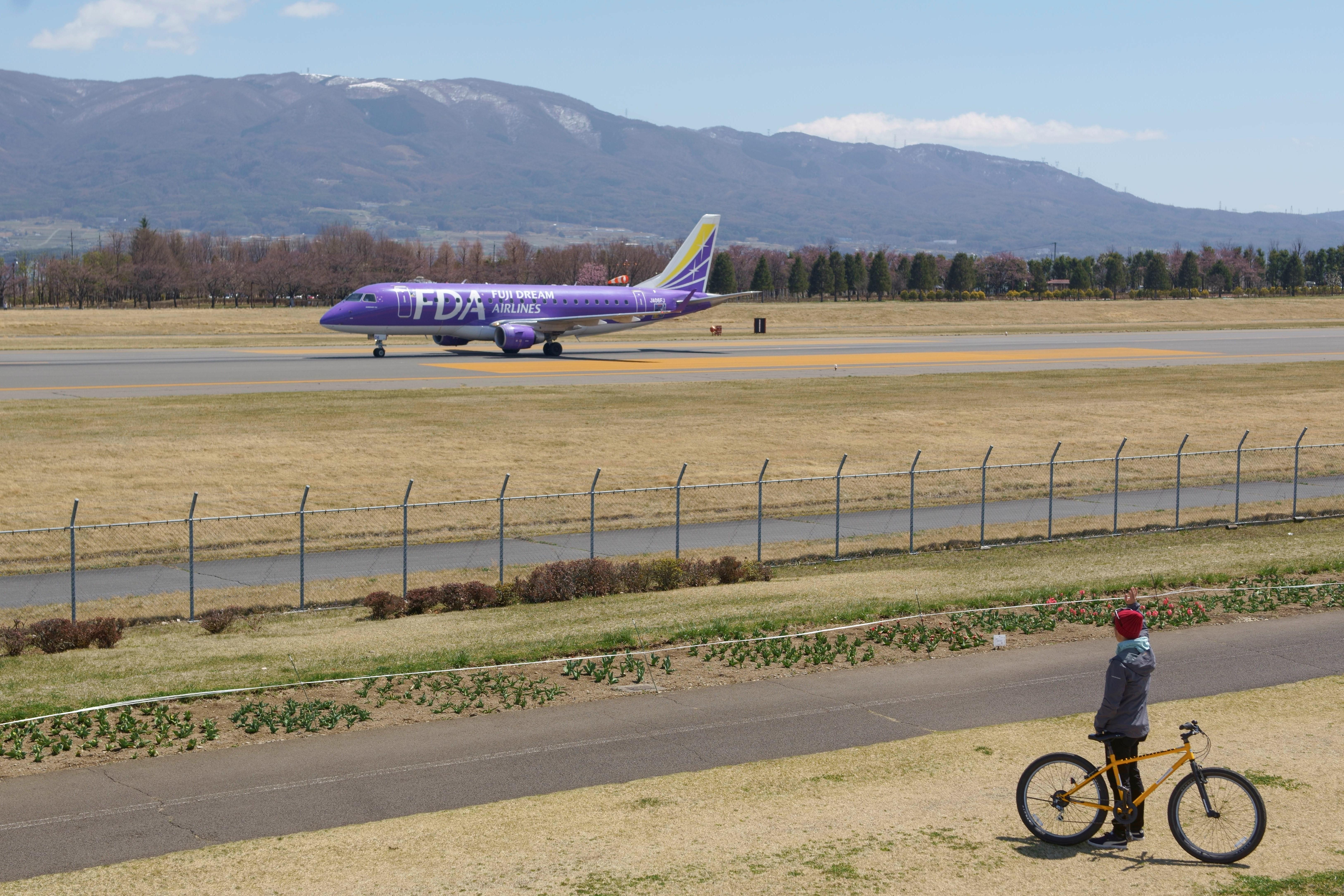 小型旅客機とはいえ、目の前での離着陸は迫力満点
