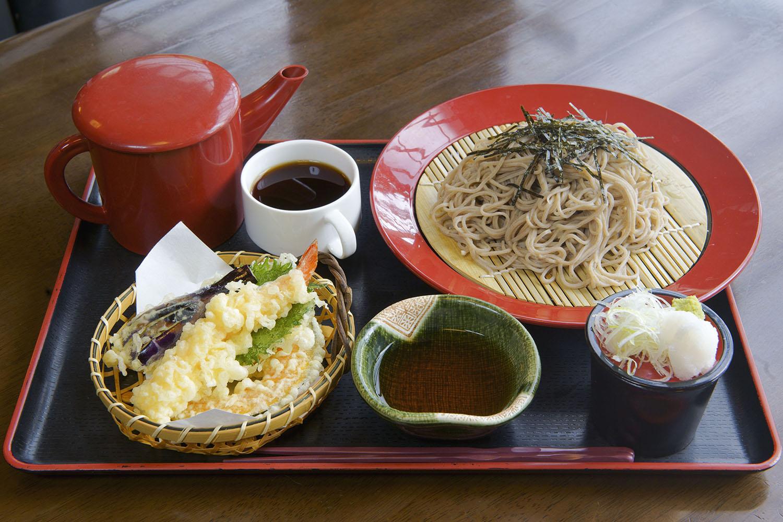 手打ちそばと天ぷらがセットになった「天ぷらそば」1,300円