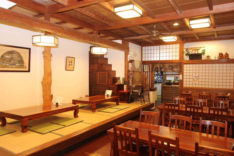 落ち着いた店内には1階にテーブル席と小上がり、2階にはゆったりとくつろげる個室が完備されている