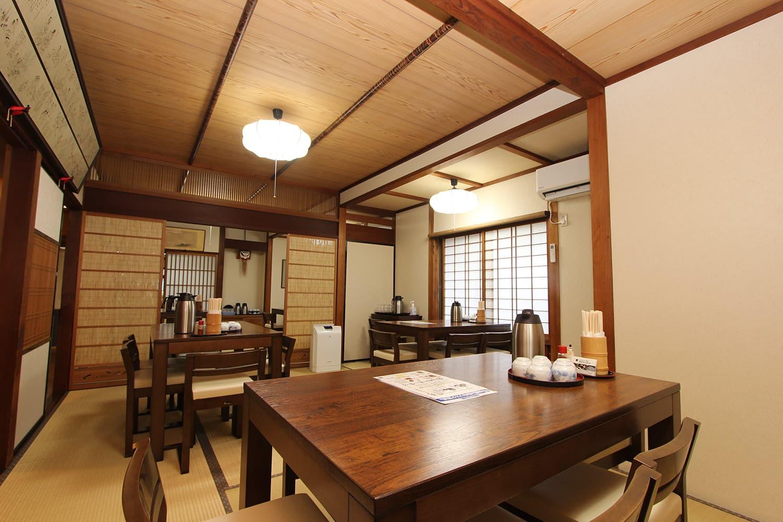 店内はテーブル席が中心で、店内奥には二間続きの和室が広がっている
