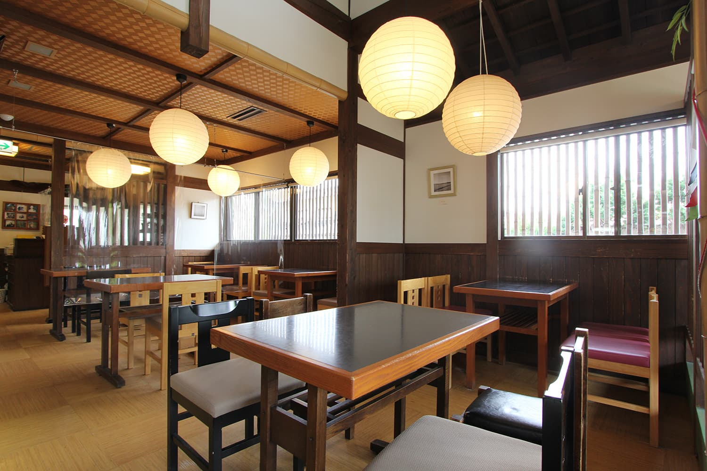 店内にはテーブル席のほか、広々と使える畳の座敷席も完備。家族連れも気兼ねなく利用できる