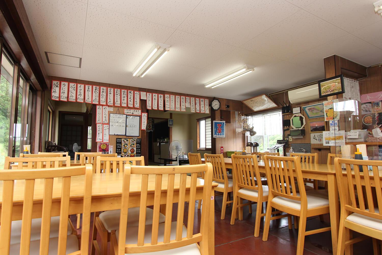 テーブル席のほか、店内奥には二間続きの座敷もあり、広々と使えるので家族連れにもおすすめ