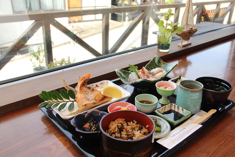 郷土料理の「ぼべめし」や魚の唐揚げなど、品数豊富な「貝めし定食」1,980円