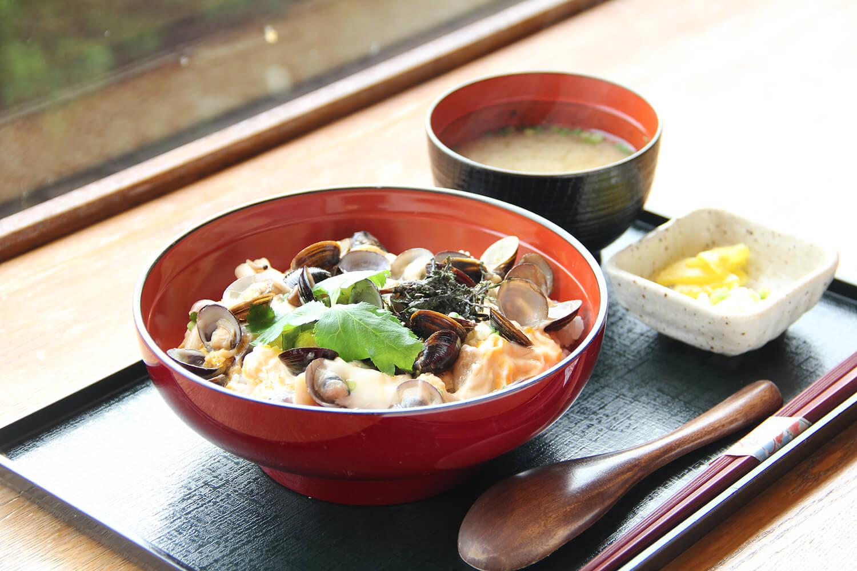 シジミの丼物にしじみ汁が付いた「しじみ丼」820円