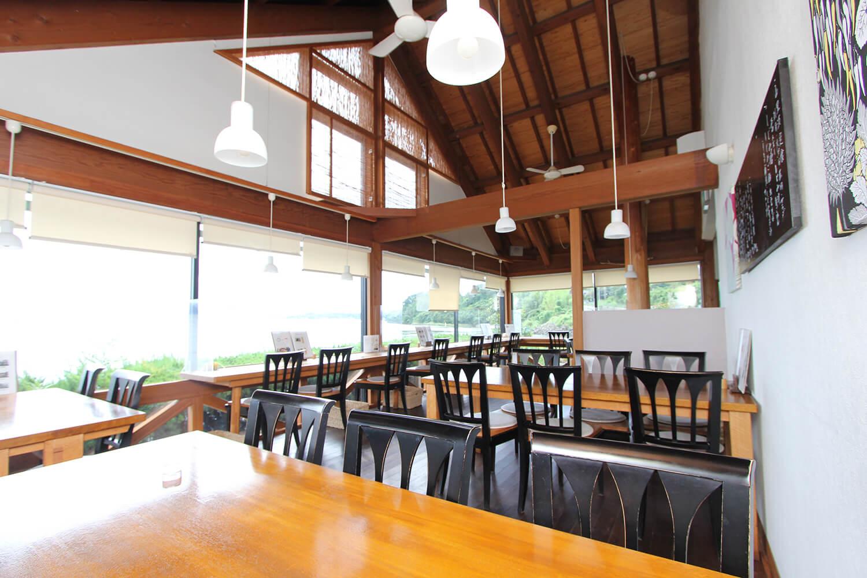 テーブル席に加え、窓際にカウンター席も完備。明るく開放的で、ひとりでも気兼ねなく立ち寄れる雰囲気