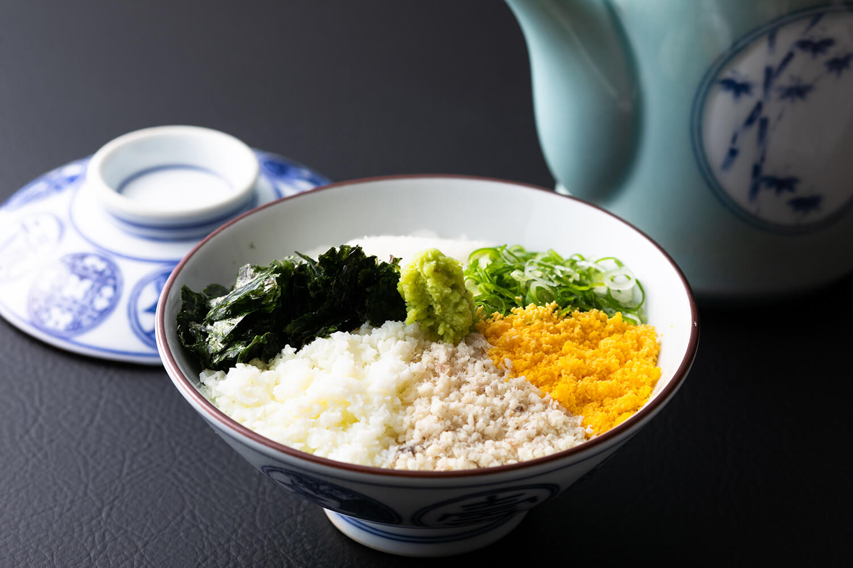 初代板前長が考案した家伝料理「鯛めし」。平日ランチでは鯛めしにおかず3品がつく御膳(1,870円)で提供される