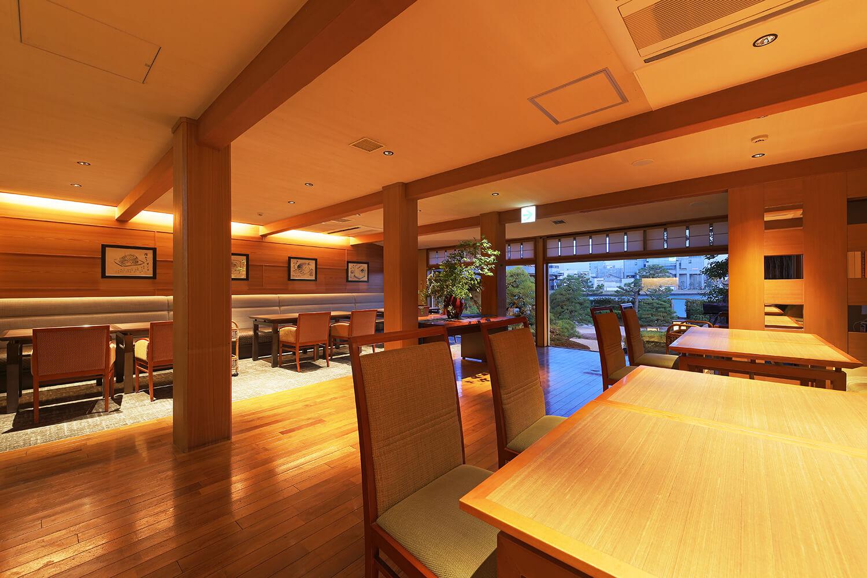 和モダンを基調としたテーブル席、ベンチシート席のほか、椅子の個室、座敷の個室も完備