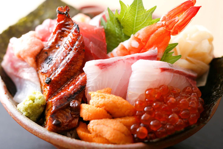 本マグロなど11種のネタがのった「プレミアム海鮮丼」2,200円