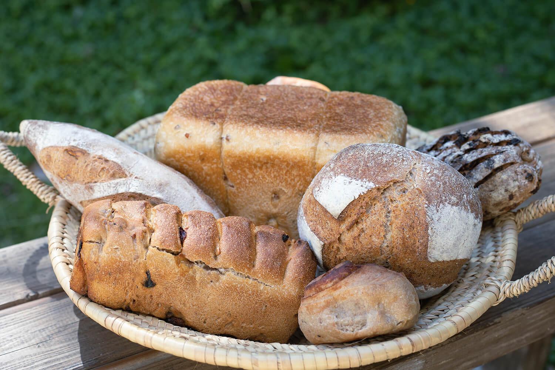 「つぶつぶ麦の角食パン」(ホール)1,530円、「カシューナッツ&くるみのバゲット」(大)740円など