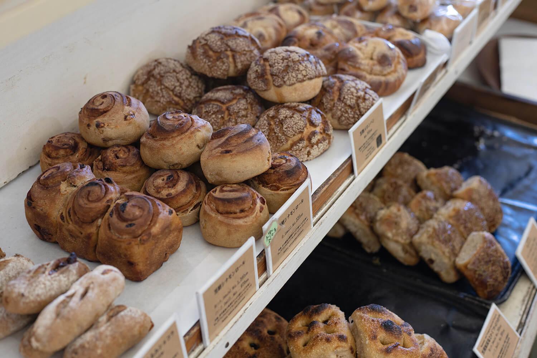 ハード系のパンが並ぶ店内。ずっしりとした重みも魅力