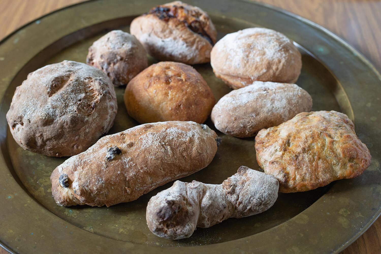 天然酵母を使用したパンは手に持ってみるとずっしり
