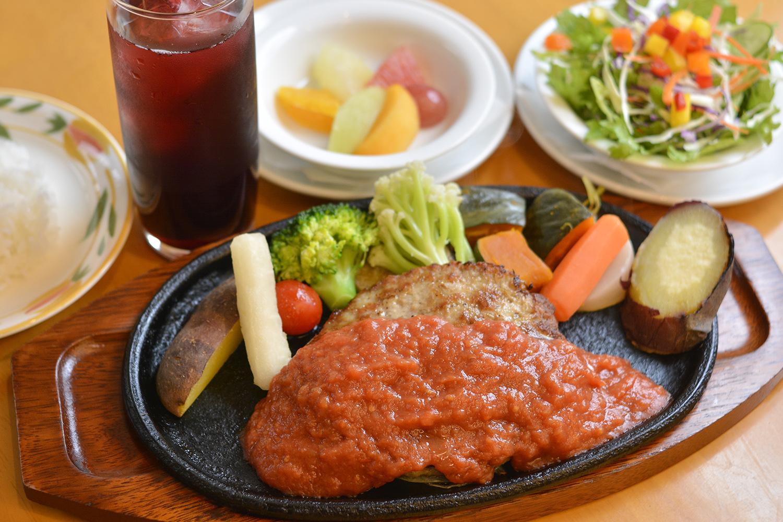 本日のセットメニューA(ハンバーグ) は、ライス、サラダ、デザート、飲み物が付いて1,050円