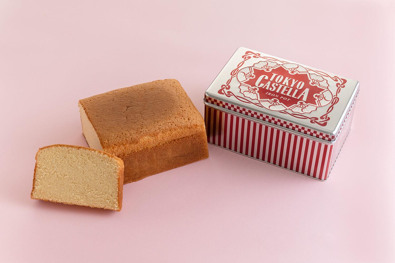 風月堂のロゴがちりばめられたボックス缶に入った「東京カステラ」