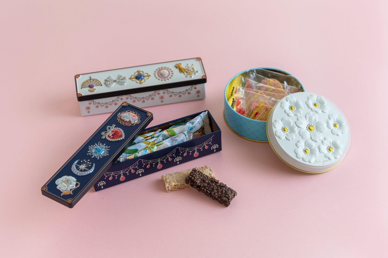 宝石箱缶はペンケースにもなるサイズ。お花缶は小物入れにぴったり
