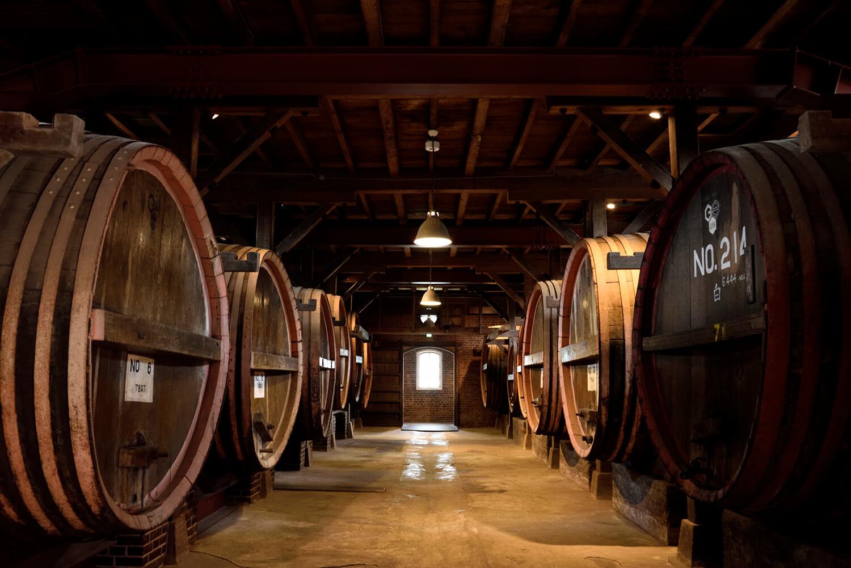 醗酵室(神谷傳兵衛記念館)にはホワイトオークの古い木樽が並ぶ