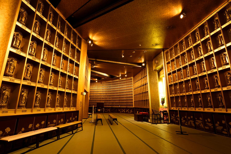 約3,400体の胎内仏に囲まれる、3階「蓮華蔵世界」
