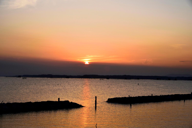 湖面が茜色に染まる夕景は東岸からがベストポイント