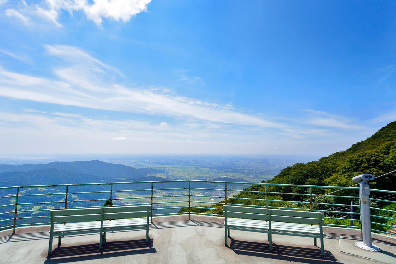 ケーブルカーで登った先の展望台から、壮観な眺めが広がる