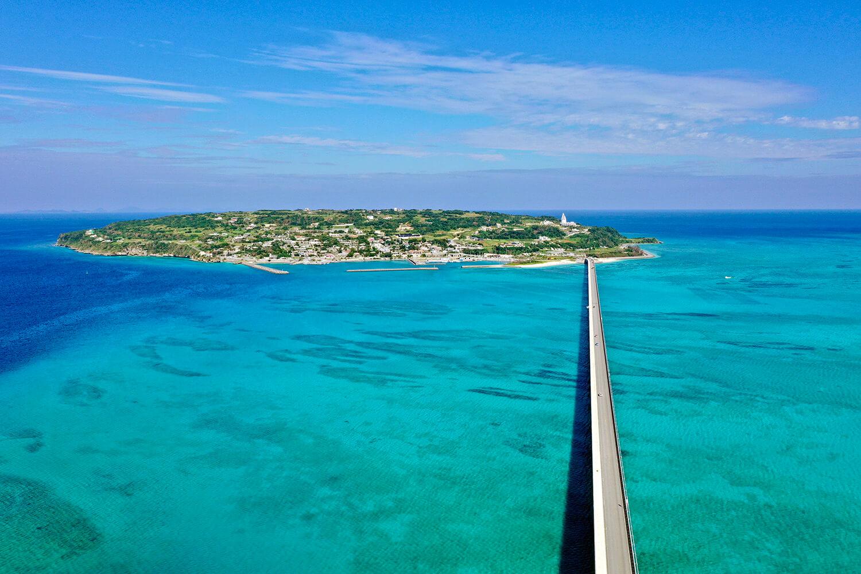 一直線に伸びる古宇利大橋。海の上を飛ぶように走ることができる ©️今帰仁村観光協会
