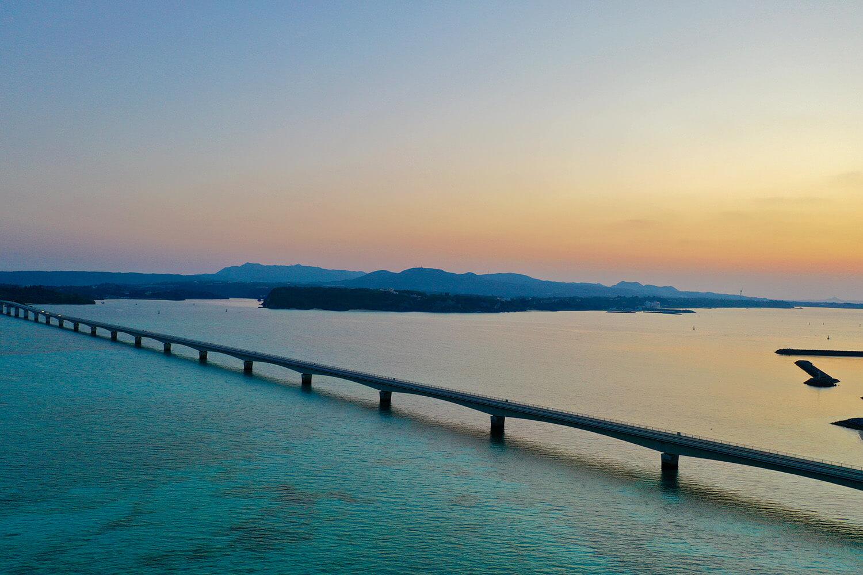 昼間と夕方はガラッと雰囲気が変わり、ノスタルジックな風景が広がる ©️今帰仁村観光協会