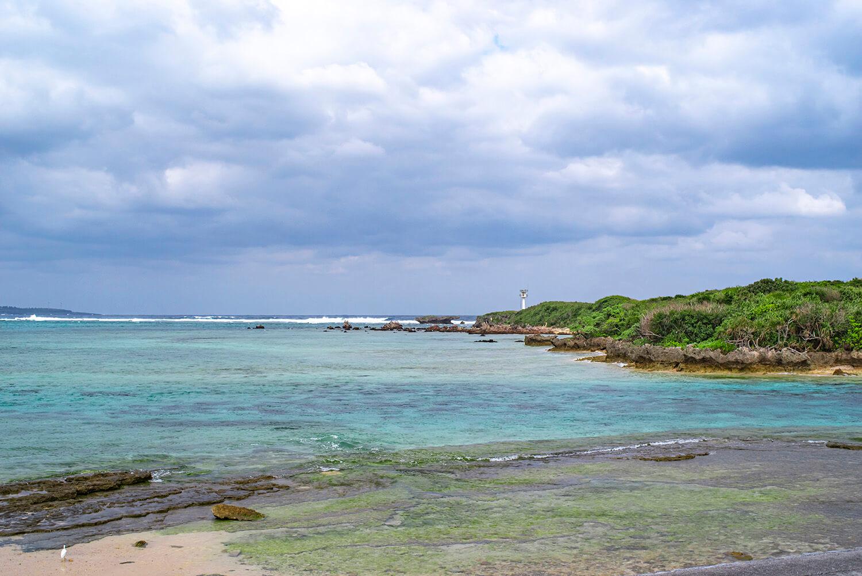 サンゴ礁に囲まれた浅い海のため、シュノーケル初心者や小さな子どもでも安心して海遊びが楽しめる