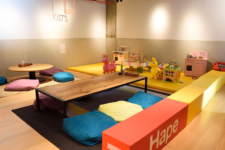 ロディや木のおもちゃが揃い、子どもたちも大喜びのキッズスペース