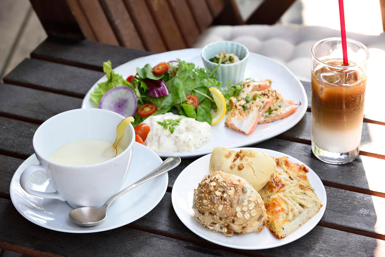 「蔵日和ランチ」1,738円(本日のメイン(肉/魚)、スープ、付け合わせデリ、サラダ、パン3種、ドリンク付き)