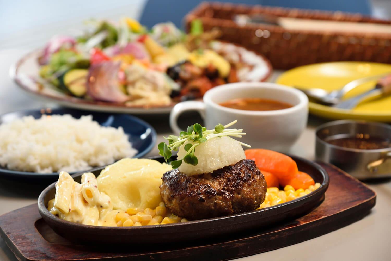 「和風ハンバーグ 醤油玉ねぎソース+サラダ・総菜ビュッフェ&ドリンク・スープバー」2,090円