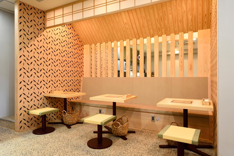 ヒノキが香るテーブルと、肌触りの良い畳シートのソファー席